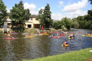 Canoës et kayaks devant le club de Mayenne